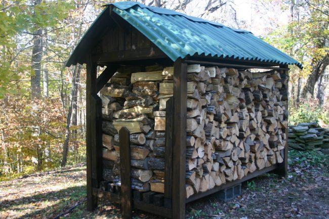 Очень органичный на вид навес для дров. Обратите внимание, что для избежания контакта древесины с грунтом вся конструкция установлена на небольших бетонных блоках