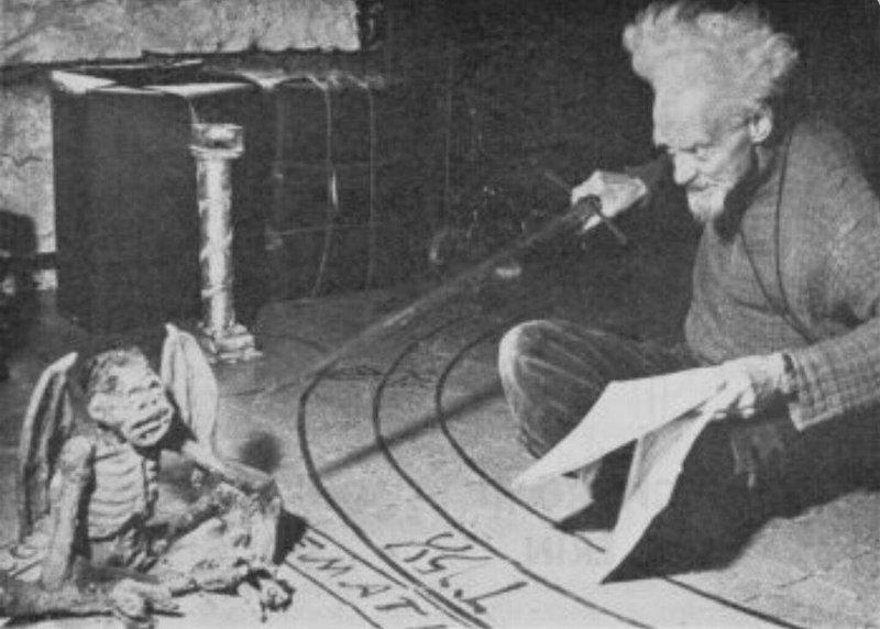 5. Джеральд Гарднер практикует викканский ритуал с использованием мумифицированной обезьяны, Лондон, 1952 год век, мир, прошлое, снимок, событие, странность, фотография