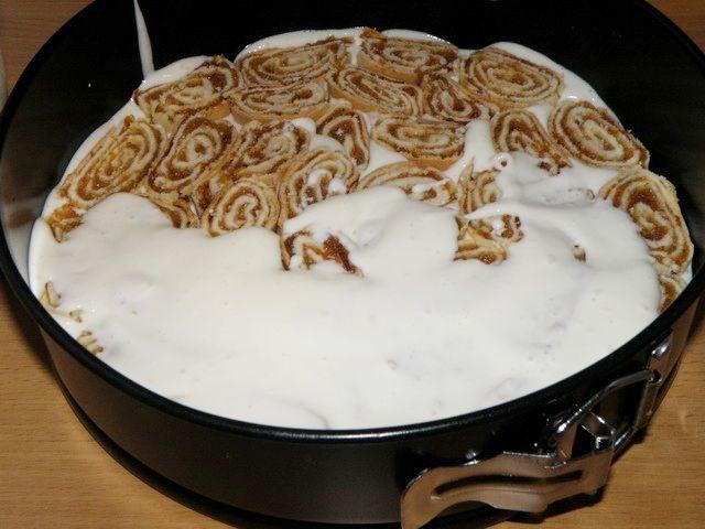 Первый слой выкладываем из рулетиков с изюмом. пошаговое фото приготовления торта Трухлявый пень
