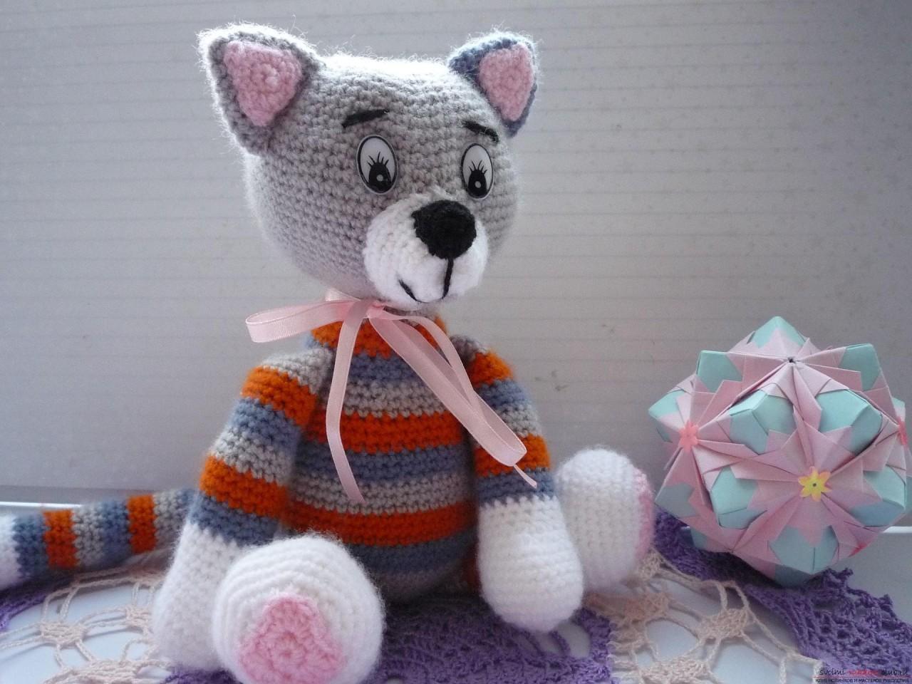 По нашему подробному мастер-классу вязания крючком игрушки получается полосатый вязаный кот.. Фото №25