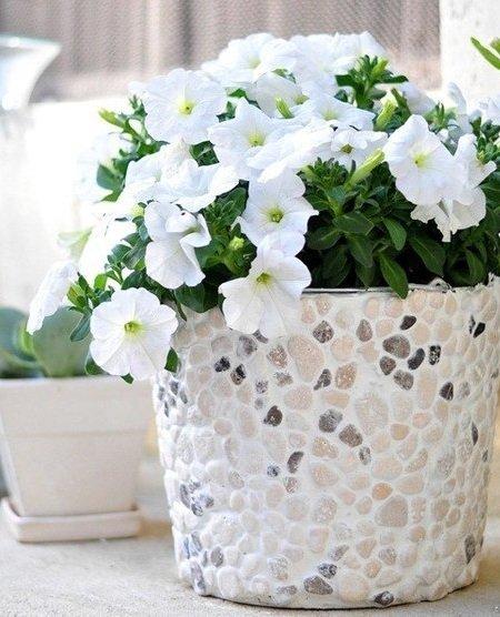 Оригинальный горшок для садового цветка, украшенный галькой