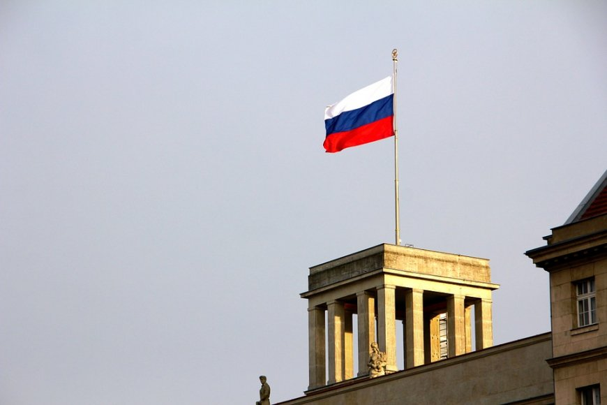 Бом попытался «оправдать» США в дипскандале с флагом России