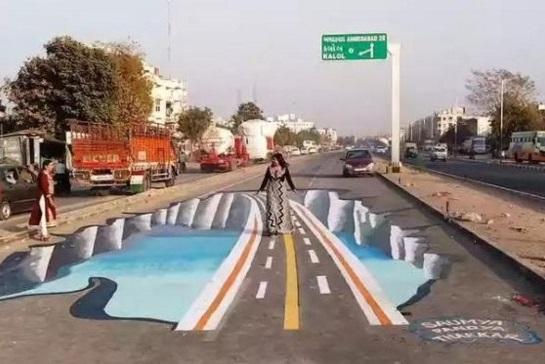 На этом участке дороги было множество ДТП. Тогда им пришла в голову замечательная идея...