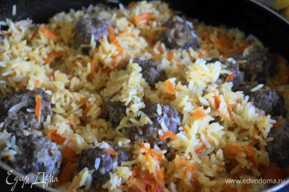 Готовим плов на медленном огне до полного выпаривания бульона и готовности риса. Помним, что рис должен получиться рассыпчатым, поэтому и сорта риса для плова нужно брать соответственно рассыпчатые.