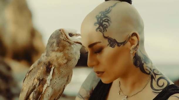 Неповторимую Наргиз мы полюбили именно за эту песню! Своим бархатным и проникновенным голосом она покорила не один миллион поклонников!