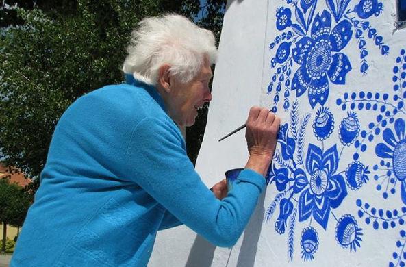 Чешская 90-летняя бабушка прославилась в Сети своими граффити