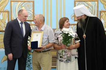 Борис Дубровский и митрополит Никодим наградили еще 16 семей-долгожителей