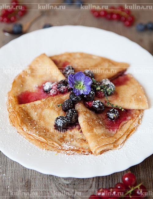 Подать блины из ряженки с ягодами в сахарном сиропе. Приятного аппетита!