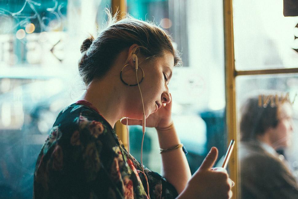 Слушать, чтобы не слышать: узнали, какая музыка спасает людей от окружающей суеты