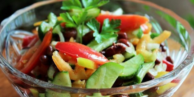 Салат из огурцов, помидоров, болгарского перца и фасоли