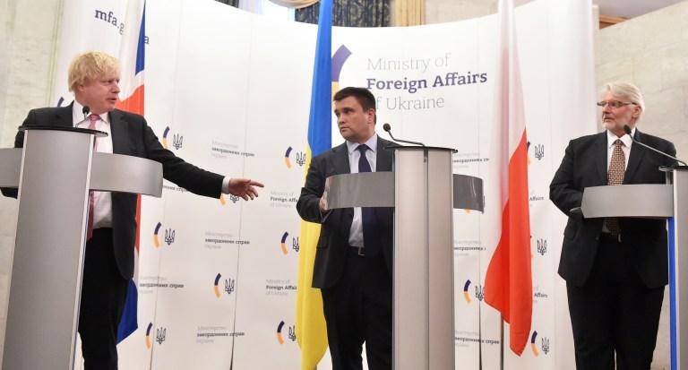 Министр иностранных дел Украины Павел Климкин (в центре) с главами МИД Польши Витольдом Ващиковским (справа) и Великобритании Борисом Джонсоном во время пресс-конференции в Киеве, 1 марта 2017 года
