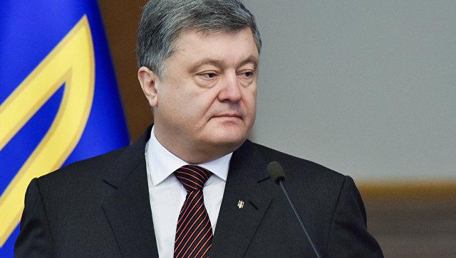 """Порошенко убежал от толпы под крики """"Позор!"""", """"Брехло!"""" и """"В отставку!"""""""