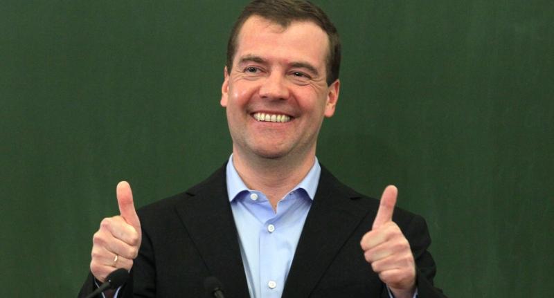 Дмитрию Медведеву 53, держит…