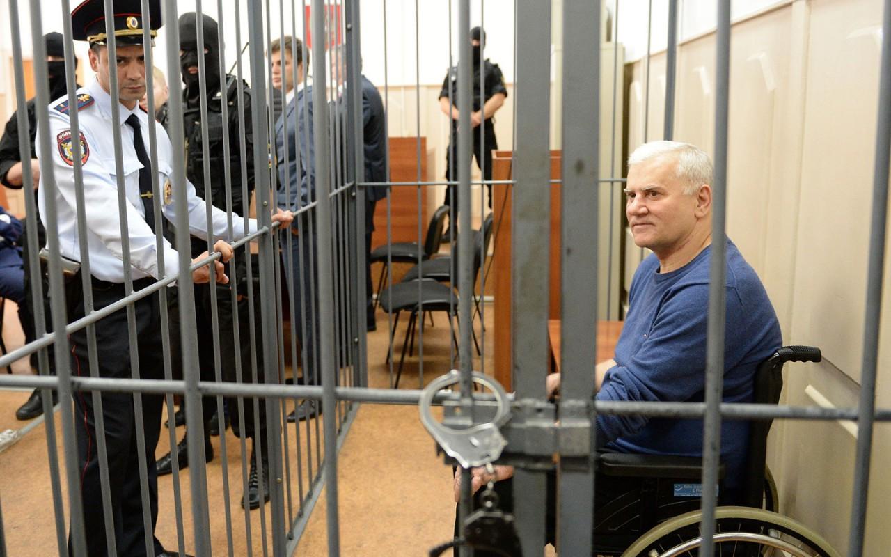 Экс-мэр Махачкалы получит €8 тыс. за то, что в тюрьме ему не массировали ноги