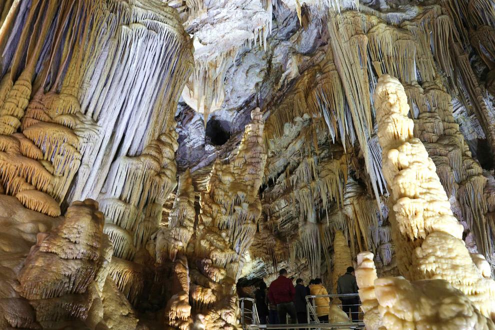 Красивая пещера в провинции Хэбэй в северном Китае