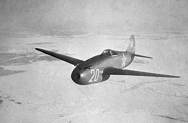 Пионеры советской реактивной техники: самолеты-истребители Як-15 vs Миг-9