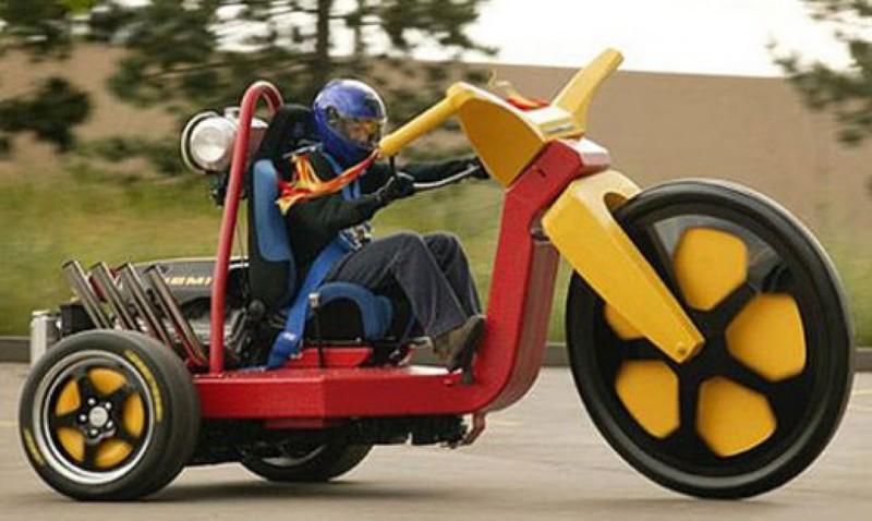 Человек, который очень любил трёхколёсные велосипеды. большие игрушки, большие мальчики, прикол, юмор