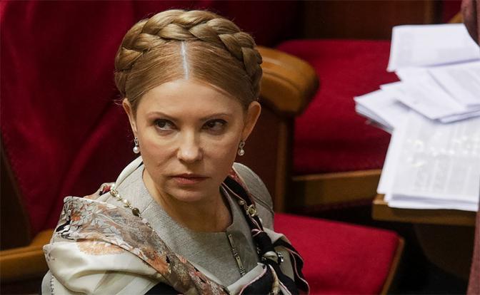 Женщина с косой нежно берет Донбасс за горло