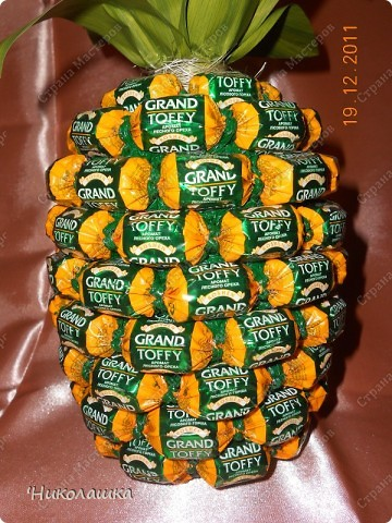 Увидела однажды в интернете ананас из конфет и заболела! Стала интересоваться как это делается, и что это за техника и что еще можно сотворить из конфет. Оказалось, что это свит-дизайн, который покорил и захлестнул меня всецело! . Фото 11