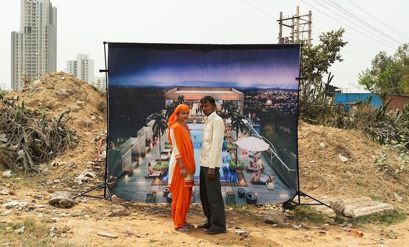Миллионеров в трущобах нет: зачем фотограф из Парижа снимает бедных людей на фоне роскошных индийских комплексов