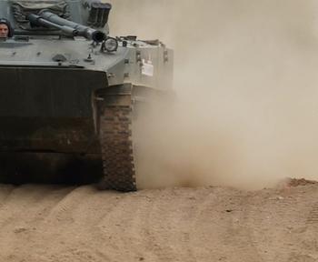 В Приднестровье российские военные отрабатывают управление боевыми машинами