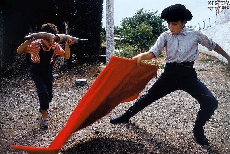 Дети играют в корриду. Прованс. Пятая французская республика. 1959 год. история, люди, мир, фото