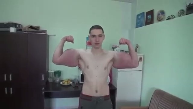Россиянин накачал чудовищные мышцы синтолом
