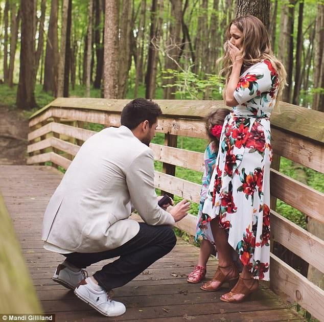 С предложением руки он обратился не к своей невесте, а к этой маленькой девочке, встав перед ней на одно колено
