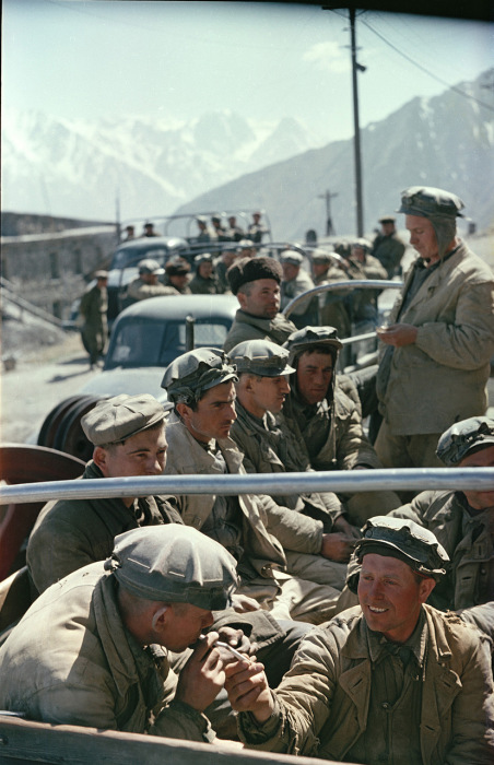 Горняки, уезжающие на работу. Кабарда, 1950-е годы. Фото: Semyon Osipovich Friedland.