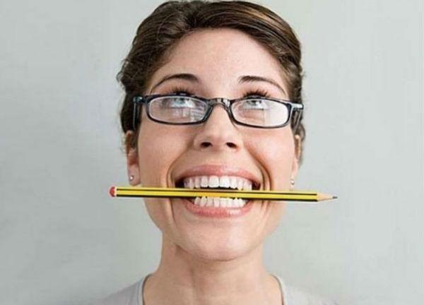 карандаш во рту
