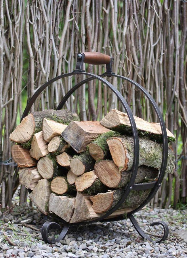 Аккуратная переносная кованая из железа поленница для хранения дров