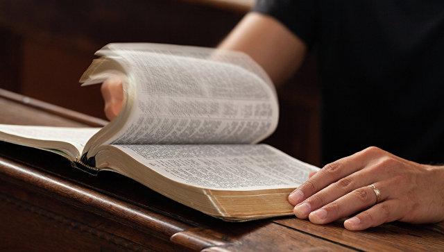 В Лондоне мужчина, читающий Библию, вызвал панику у пассажиров поезда