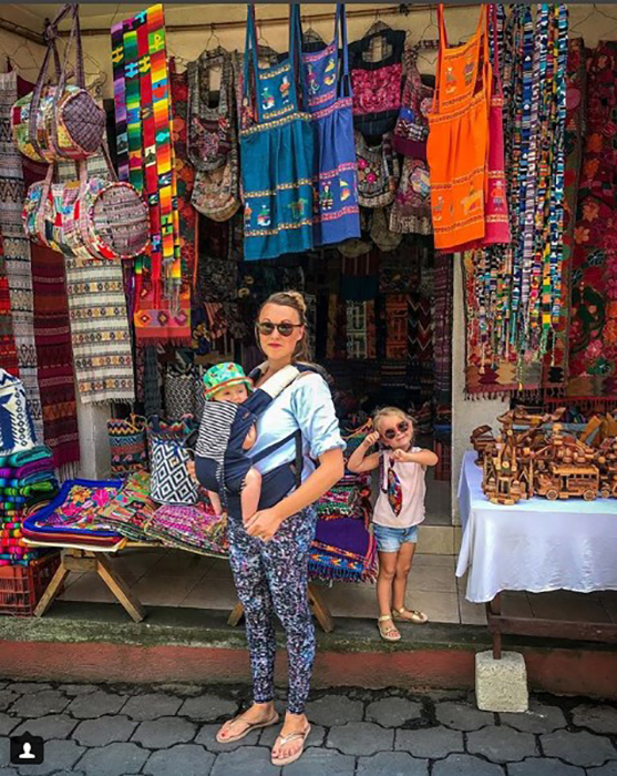 Карен с детьми в Гватемале. Instagram travelmadmum.