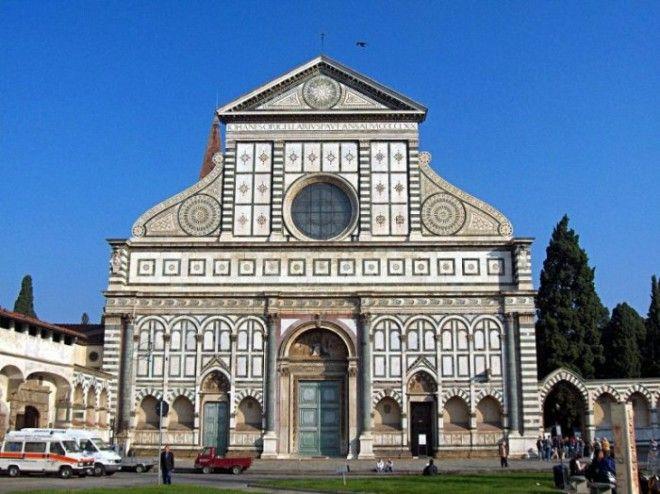 Главная доминиканская церковь города с кружевным фасадом была построена в 1415 веках став первой базиликой во Флоренции