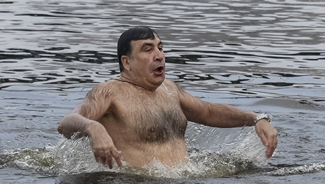 """""""Хоть бы свитер снял мохеровый!"""": в Сети высмеяли фото купания Саакашвили"""