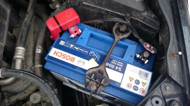 Аккумулятор спалил проводку автомобиля клиента. Будни магазина автозапчастей