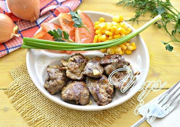 Жареная куриная печень с луком на сковороде