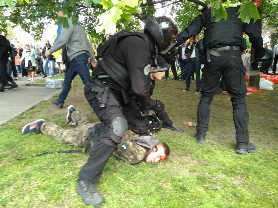 В Днепропетровске боевикам АТО расквасили носы под мемориалом Славы (фото)