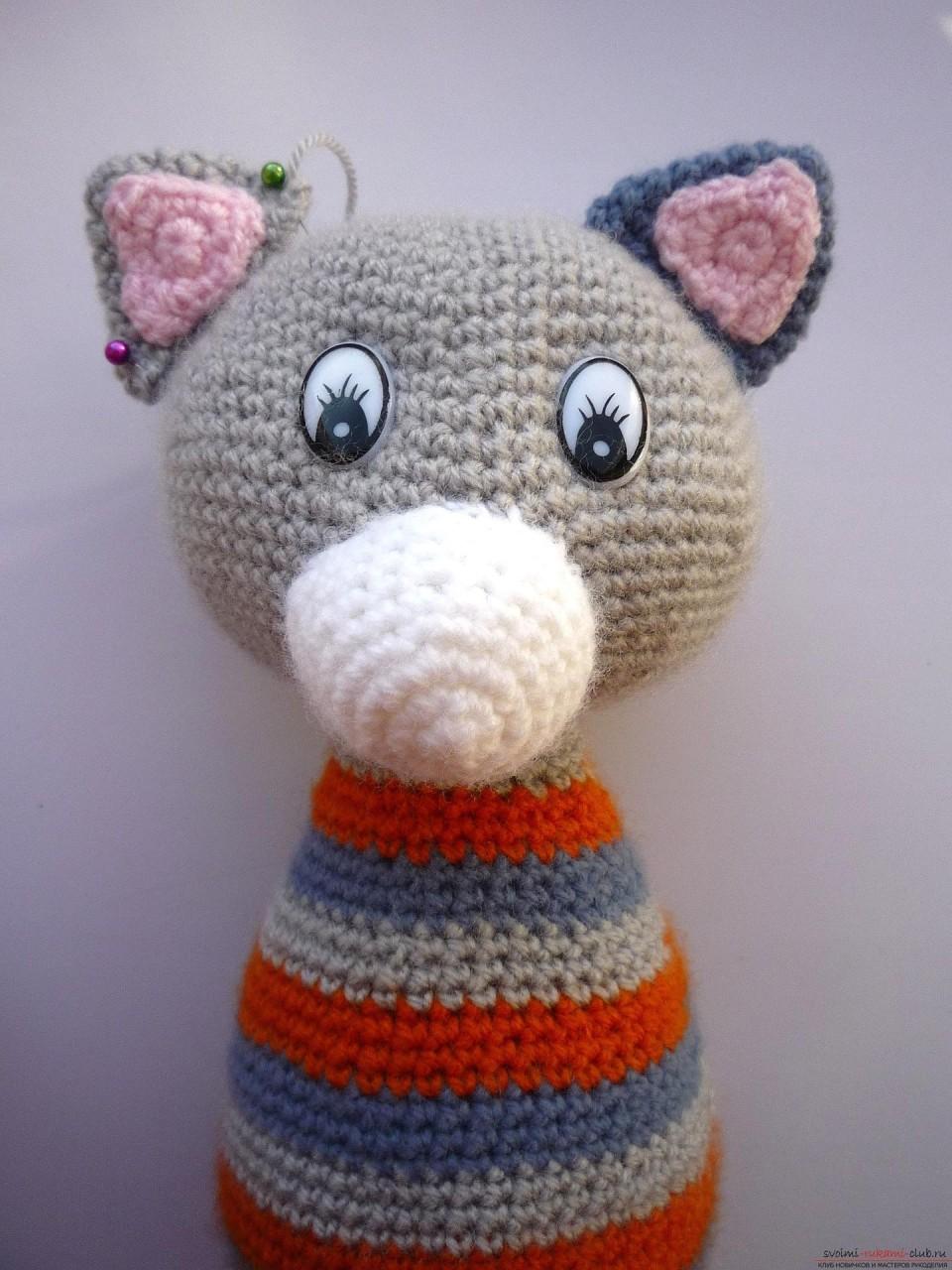 По нашему подробному мастер-классу вязания крючком игрушки получается полосатый вязаный кот.. Фото №18