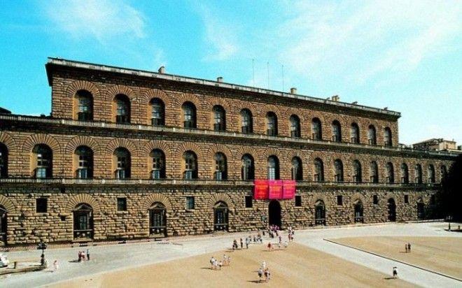 Самый большой городской дворецособняк Флоренции строительство которого началось в 1458 году сегодня является крупным музейным комплексом города