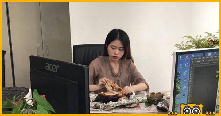 Девушка запекла курицу прямо за рабочим столом!