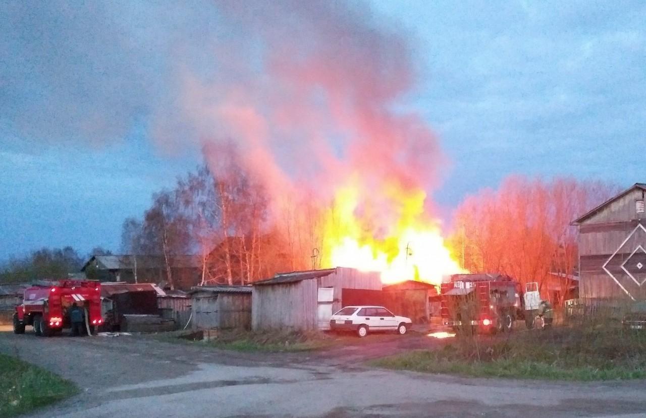 В Новосибирске на Плановой загорелось двухэтажное здание