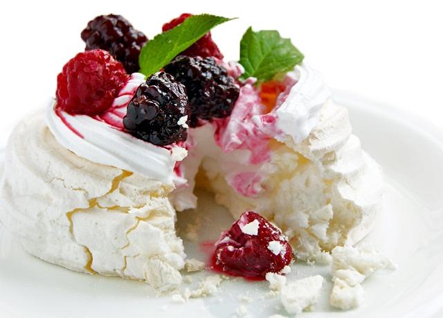 Безумно нежное, с легкой ягодной нотой пирожное.