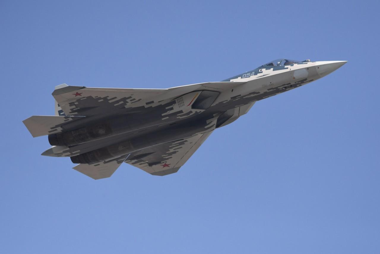 «Су-57 не имеет аналогов»: О превосходстве над американскими F-22 и F-35 рассказал конструктор истребител