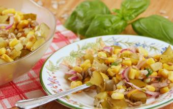 Салат из кукурузы, семечек и маринованных огурцов