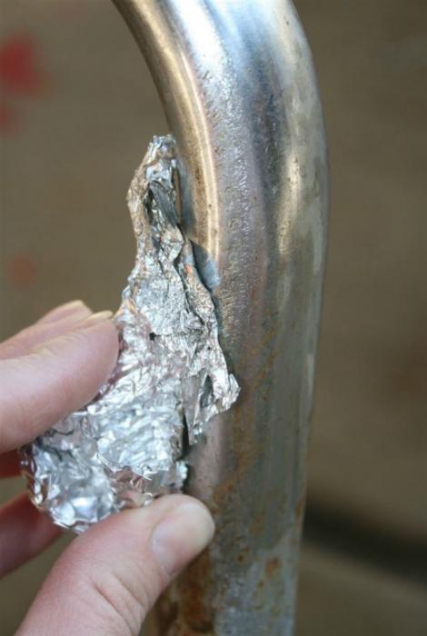 Потрите кран кусочком алюминиевой фольги, чтобы избавится от старой ржавчины.