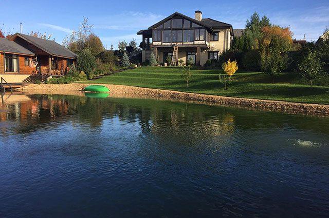 Вид на дом и пруд. Чем не финляндский пейзаж?