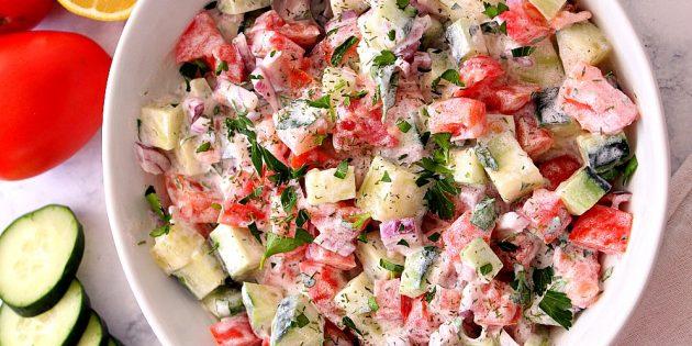 Салат из огурцов и помидоров с луком и сметанной заправкой