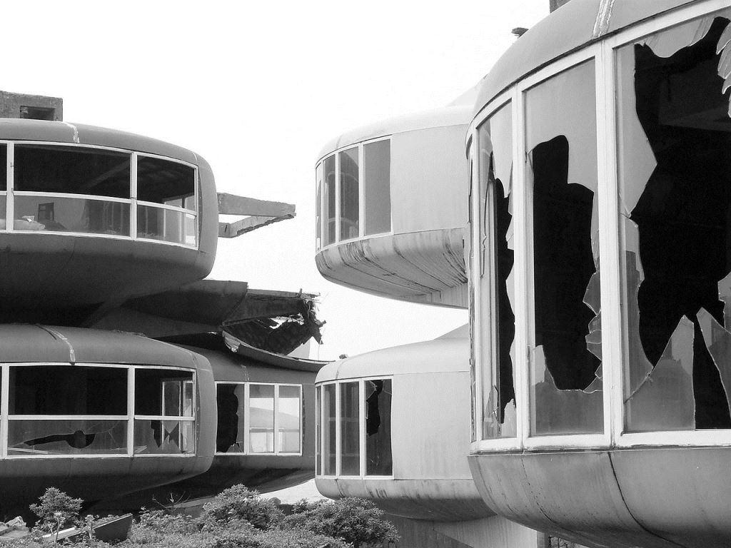 1280px-UFO_House_Sanjhih_Taiwan.jpg