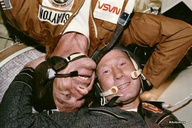 Астронавт Дональд Слейтон и космонавт Алексей Леонов запечатлены в невесомости во время американо-советской космической миссии «Союз — Аполлон» 17–19 июля 1975 года. Один из примеров сотрудничества стран на фоне холодной войны. история, люди, мир, фото